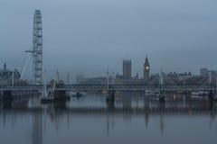 Το Κοινοβούλιο, Big Ben, μάτι του Λονδίνου και χρυσές γέφυρες ιωβηλαίου Στοκ εικόνα με δικαίωμα ελεύθερης χρήσης
