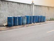 Το κοινοτικό δοχείο απορριμμάτων βρίσκεται στην πλευρά του δρόμου για τα eas στοκ φωτογραφίες