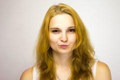 Το κοκκινομάλλες κορίτσι φαίνεται άμεσα στη κάμερα τα χείλια της όπως ένα φιλί στοκ φωτογραφία με δικαίωμα ελεύθερης χρήσης
