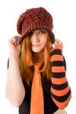 Το κοκκινομάλλες κορίτσι πλέκει μέσα το καπέλο Στοκ Φωτογραφία