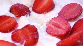 Το κομμάτι της φράουλας λαμβάνεται από την κρέμα από το κουτάλι Μακρο πλάνο απόθεμα βίντεο