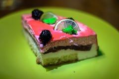 Το κομμάτι του κέικ με τις φράουλες και τον ασβέστη στοκ εικόνα