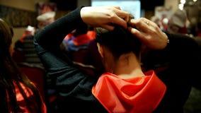 Το κομμουνιστικό κορίτσι δένει έναν δεσμό πρωτοπόρων - οι ακροατές στους κόκκινους δεσμούς αφουγκράζονται τον ομιλητή που λέει κα απόθεμα βίντεο