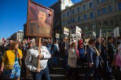 Το κομμουνιστικό κόμμα εμπλέκεται κατά τη διάρκεια του αθάνατου συντάγματος Μάρτιος δράσης κατά τη διάρκεια των εορτασμών ημέρας  Στοκ Φωτογραφία