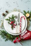 Το κομψό επιτραπέζιο θέτοντας σχέδιο Χριστουγέννων τοπ άποψη, επίπεδη βάζει Στοκ Φωτογραφία