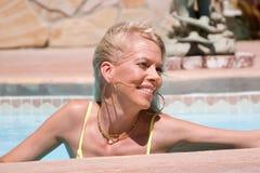 το κομψό κορίτσι κολυμπά Στοκ Εικόνες