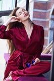 Το κομψό προκλητικό ξανθό άρωμα γυναικών αισθάνεται makeup την καλλυντική γυναικεία ένδυση Στοκ Φωτογραφία