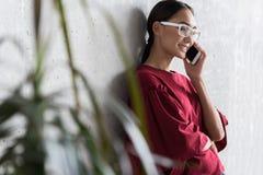Το κομψό χαριτωμένο κορίτσι έχει την ευχάριστη επικοινωνία Στοκ φωτογραφία με δικαίωμα ελεύθερης χρήσης