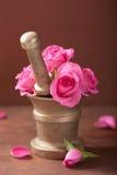 Το κονίαμα αυξήθηκε λουλούδια για aromatherapy και τη SPA Στοκ Εικόνες