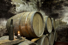 το κονιάκ κελαριών πλαισιώνει το δρύινο εκεί κρασί Στοκ φωτογραφία με δικαίωμα ελεύθερης χρήσης