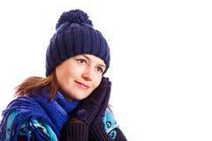 Το κορίτσι έβαλε τα φορημένα γάντια χέρια στο πρόσωπό σας Στοκ φωτογραφία με δικαίωμα ελεύθερης χρήσης