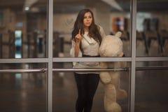 Το κορίτσι λέει αντίο Στοκ Εικόνες