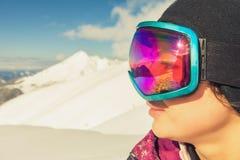 Το κορίτσι έντυσε στα προστατευτικά δίοπτρα μασκών μόδας σκι ή σνόουμπορντ Στοκ εικόνα με δικαίωμα ελεύθερης χρήσης