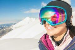 Το κορίτσι έντυσε στα προστατευτικά δίοπτρα μασκών μόδας σκι ή σνόουμπορντ Στοκ Φωτογραφία
