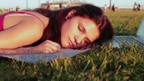 Το κορίτσι έπεσε κοιμισμένο εργαζόμενο στο lap-top φιλμ μικρού μήκους
