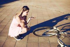 Το κορίτσι έριξε και έσπασε το ποδήλατο η συγκίνηση εκφοβίστηκε και δεν ξέρει τι για να κάνει στοκ εικόνες
