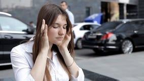 Το κορίτσι έχει έναν πονοκέφαλο από την οδό στο κέντρο πόλεων Αστικός θόρυβος φιλμ μικρού μήκους