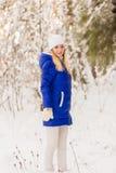 Το κορίτσι έχει ένα υπόλοιπο στα χειμερινά ξύλα Στοκ Εικόνες