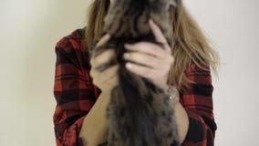 Το κορίτσι αγαπά το γατάκι της στο πάτωμα - φιλιά - προσοχές - συμπαθεί φιλμ μικρού μήκους