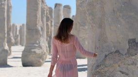 Το κορίτσι αγγίζει μια στήλη της άμμου φιλμ μικρού μήκους
