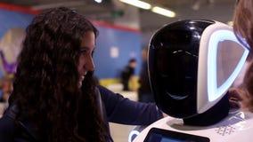 Το κορίτσι αγκαλιάζει το ρομπότ Άτομο και ρομπότ Σύγχρονες ρομποτικές τεχνολογίες τεχνητή νοημοσύνη Κυβερνητικά συστήματα σήμερα απόθεμα βίντεο