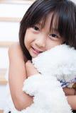 Το κορίτσι αγκαλιάζει teddy Στοκ εικόνα με δικαίωμα ελεύθερης χρήσης