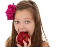 Το κορίτσι δαγκώνει τη Apple Στοκ φωτογραφία με δικαίωμα ελεύθερης χρήσης