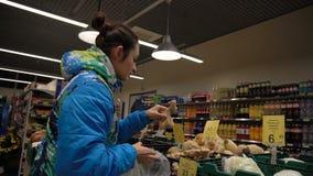 Το κορίτσι αγοράζει την πιπερόριζα στην υπεραγορά απόθεμα βίντεο