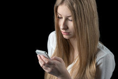 Το κορίτσι αισθάνεται καταθλιπτικό μετά από να διαβάσει τα κακά sms στο κινητό τηλέφωνό της Στοκ φωτογραφία με δικαίωμα ελεύθερης χρήσης