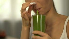 Το κορίτσι αισθάνεται την αποστροφή στο καταφερτζή για την απώλεια βάρους, υγιής αλλά tasteless διατροφή απόθεμα βίντεο