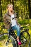 Το κορίτσι ακούει μουσική σε ένα ποδήλατο υπαίθρια Στοκ Φωτογραφίες