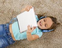 το κορίτσι ακούει μουσική Στοκ φωτογραφία με δικαίωμα ελεύθερης χρήσης