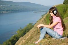 το κορίτσι ακούει μουσι στοκ εικόνα με δικαίωμα ελεύθερης χρήσης