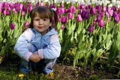 το κορίτσι ανάβει το ηλιοβασίλεμα χαμόγελου Στοκ Φωτογραφίες
