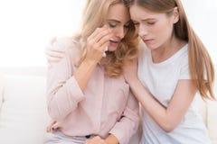 Το κορίτσι ανακουφίζει μια ενήλικη γυναίκα που φωνάζει Στοκ Φωτογραφία