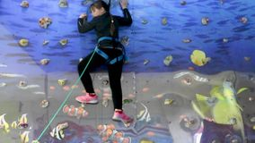 Το κορίτσι αναρριχείται επάνω στον τοίχο και κατεβάζει το σχοινί φιλμ μικρού μήκους