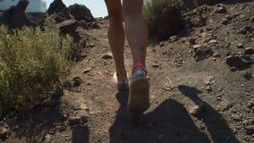 Το κορίτσι αναρριχείται σε έναν δύσκολο δρόμο απόθεμα βίντεο