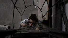 Το κορίτσι αναρριχείται στα σκαλοπάτια απόθεμα βίντεο