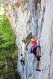 Το κορίτσι αναρριχείται στο βράχο, Ρωσία, Guamka Στοκ εικόνα με δικαίωμα ελεύθερης χρήσης