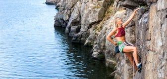Το κορίτσι αναρριχείται στο βράχο Στοκ εικόνα με δικαίωμα ελεύθερης χρήσης