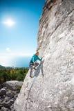 Το κορίτσι αναρριχείται στο βράχο Στοκ φωτογραφίες με δικαίωμα ελεύθερης χρήσης