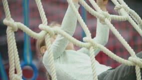 Το κορίτσι αναρριχείται στο δίχτυ απόθεμα βίντεο