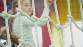 Το κορίτσι αναρριχείται στο δίχτυ φιλμ μικρού μήκους