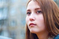 Το κορίτσι ανατρέχει κεκλεισμένων των θυρών Στοκ Εικόνες