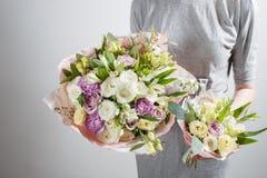 Το κορίτσι ανθοκόμων με τους πλουσίους συσσωρεύει τα λουλούδια Φρέσκια ανθοδέσμη άνοιξη Θερινή ανασκόπηση Νέο λουλούδι γυναικών γ Στοκ φωτογραφία με δικαίωμα ελεύθερης χρήσης