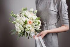 Το κορίτσι ανθοκόμων με τους πλουσίους συσσωρεύει τα λουλούδια Φρέσκια ανθοδέσμη άνοιξη Θερινή ανασκόπηση Νέο λουλούδι γυναικών γ Στοκ εικόνα με δικαίωμα ελεύθερης χρήσης