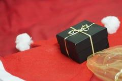 Το κορίτσι ανοίγει τα δώρα στη ημέρα των Χριστουγέννων στοκ εικόνα