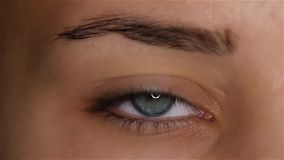 Το κορίτσι ανοίγει τα μάτια της και τις αυξήσεις μαθητών της και στενεύει κίνηση αργή κλείστε επάνω φιλμ μικρού μήκους