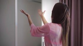 Το κορίτσι ανοίγει την ντουλάπα, δεν υπάρχουν κανένα ένδυμα και ένα φόρεμα στην ντουλάπα, το θηλυκό είναι έκπληκτο και λυπημένο 4 φιλμ μικρού μήκους