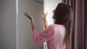 Το κορίτσι ανοίγει την ντουλάπα, δεν υπάρχουν κανένα ένδυμα και ένα φόρεμα στην ντουλάπα, το θηλυκό είναι έκπληκτο και λυπημένο 4 στοκ εικόνες